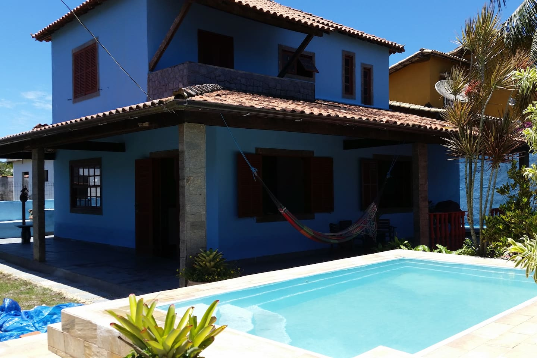 casa equipada com piscina e área do churrasco.