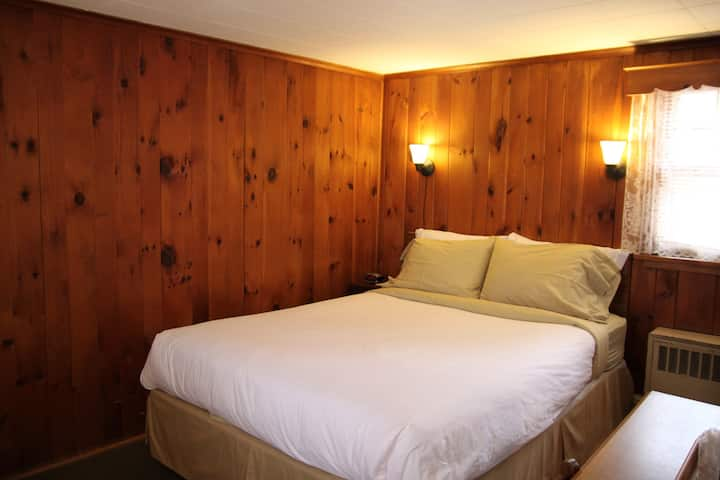 Phoenicia Lodge - Room 9