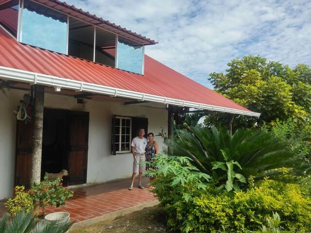 Casa de campo en un bosque de frutas