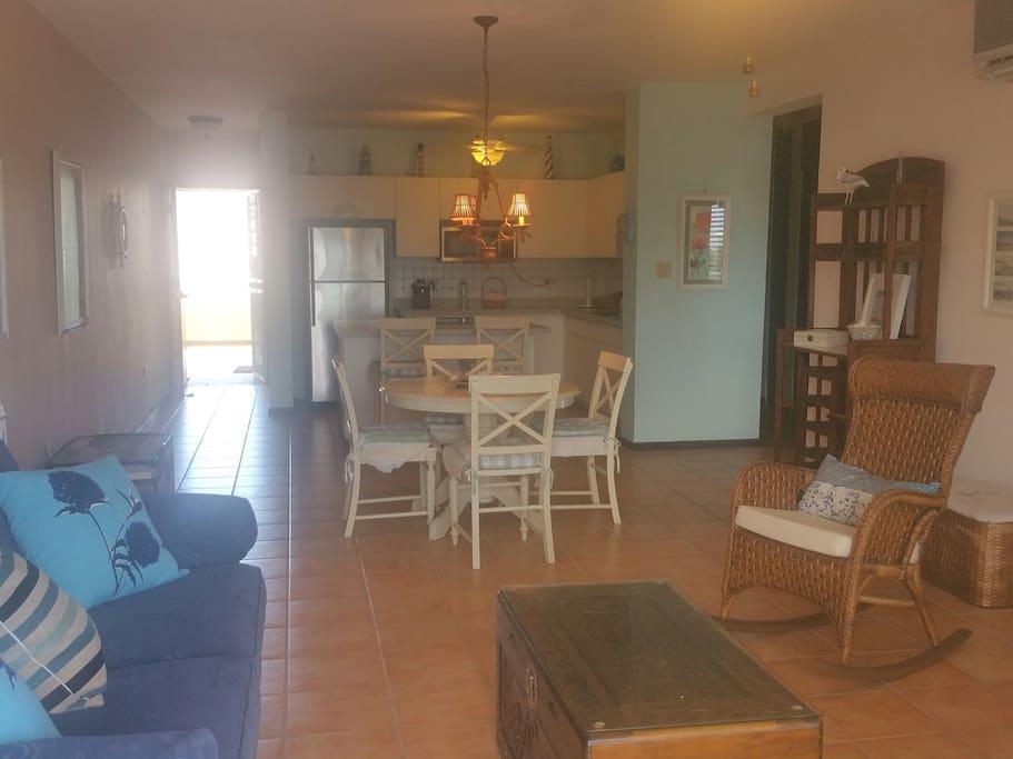 Entrada desde la cocina con acceso  al comedor y sala. Entrance from the kitchen with access to dinner area and living room.