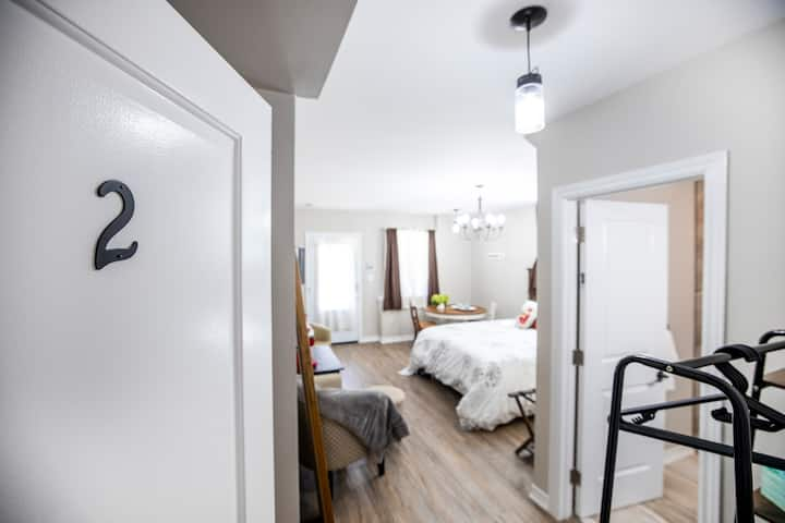 Sharyn's Guest House Cardinal Room - Breakfast
