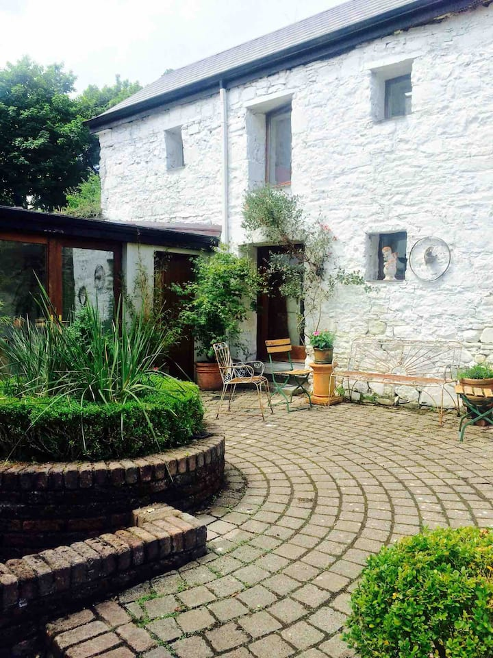 Quirky renovated outhouse, Quay Newport sleeps 2/3
