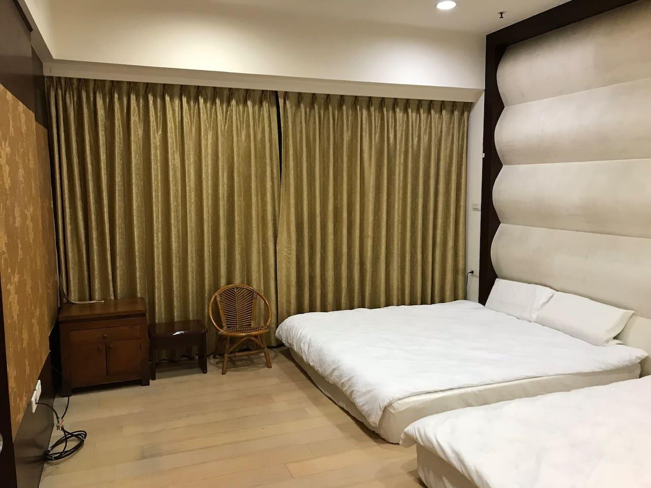 主卧有兩張Queen size(加大双人床),很舒適好睡,大面景覌窗的窗帘若打開即与花園景覌相連结,打開窗户視野很遠,綠樹映入眼簾,空氣很清新。與馬路対面棟距有90米,非常具隠私權。室內大金冷暖空調。