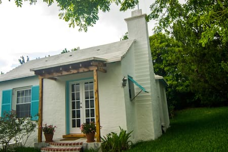 Relaxed Bermuda Cottage - 1 bedroom, sleeps 2