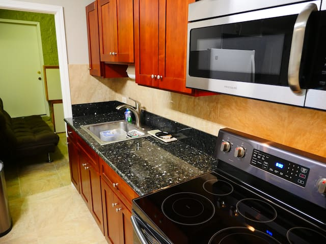 Private/Quiet One Bedroom Near The Beach w/ AC!