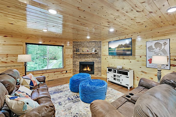 Serenity Now: Large Cabin with Hot Tub & Balconies
