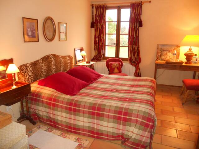 "Chambre ""Rouge"" - Saint-Quentin-la-Poterie - Bed & Breakfast"