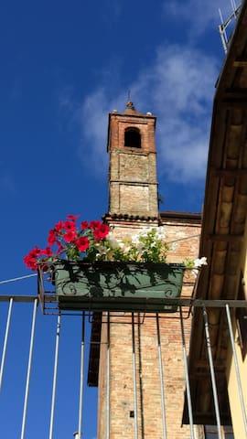 Dal terrazzo il campanile che suona a tutte le ore.  e l'Ave  Maria delle 9