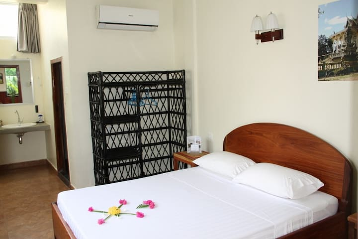 Cool room with cozy terrace in Battambang - Krong Battambang - Villa