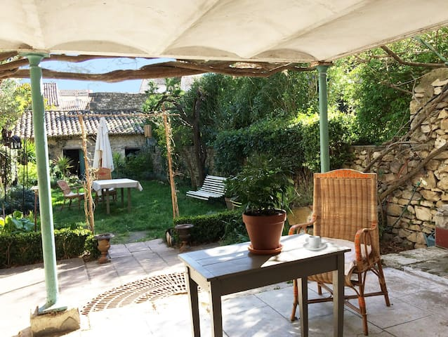 1 bedroom in a Charming house in the very center - Nîmes - Townhouse
