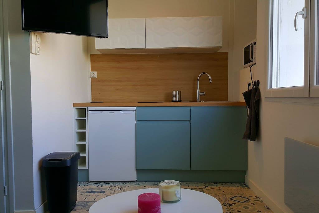 La cuisine est équipée d'un réfrigérateur et d'un micro onde.
