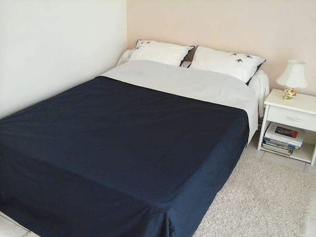chambre avec lit à 2 places