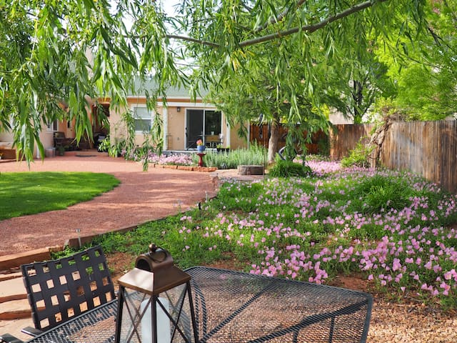 Kanab Cottage - Private & quiet; lush backyard