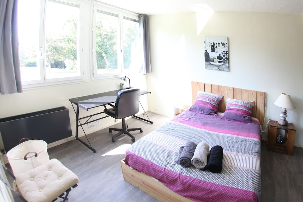Chambre séparée avec bureau