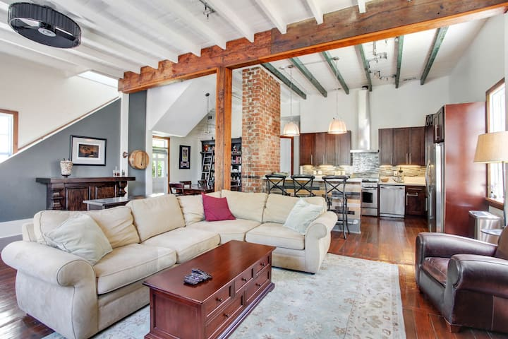 Charming home w/ an outdoor dining area - near Magazine Street