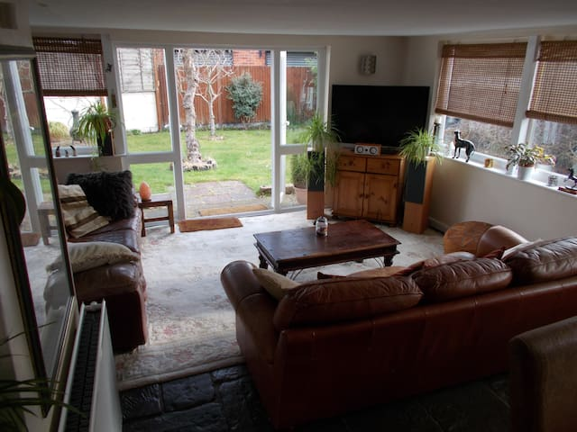 Large Airy Rooms in Homely Feel House, Near Tram