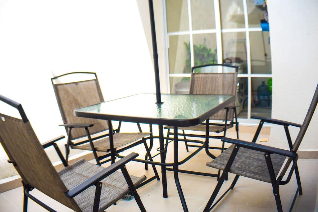 Patio tradero con mobiliario de jardín.