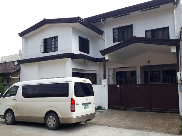 4BR House with Free 1-way Airport pickup/transfer