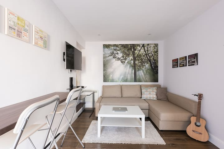 Spectacular Modern Apartment (5 mins to tube)