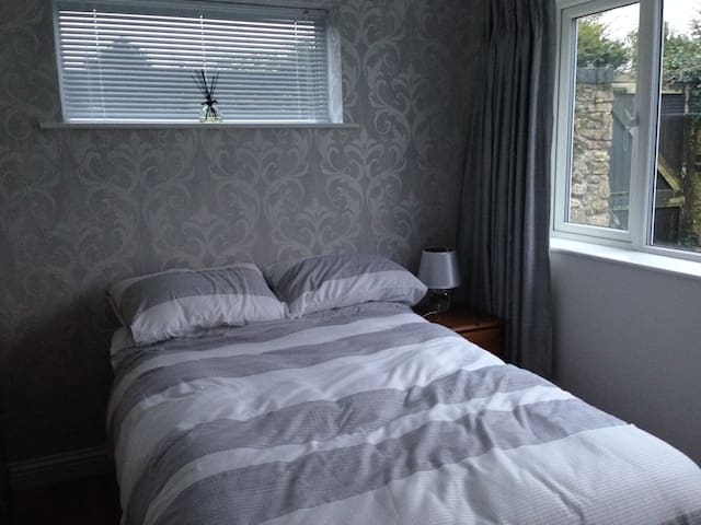 Village location. Quite double room with en suite - Biddenham - Casa