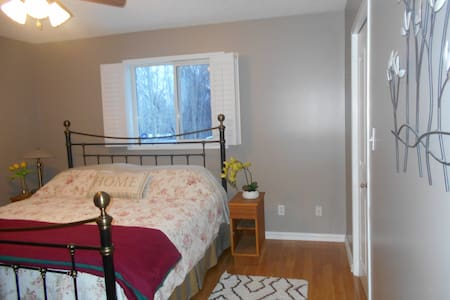 LARGE room w/ensuite & king bed near Edmonton - Sherwood Park - Huis