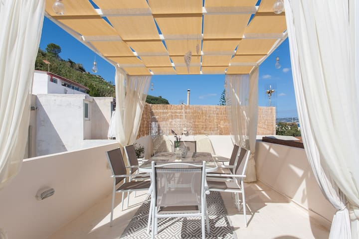 Table with six chairs and two sunbeds at the terrace!