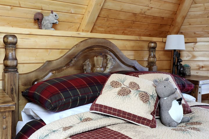 Pine Cone Lodge ~ 2 Adults ~ Dog Friendly
