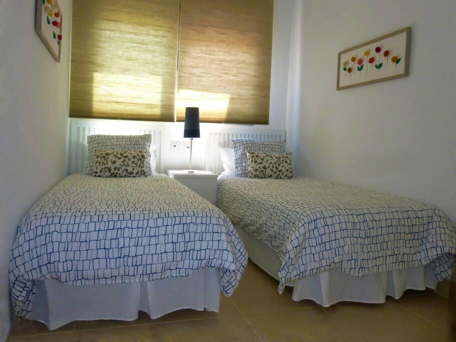 Dormitorio doble exterior con  un armario .