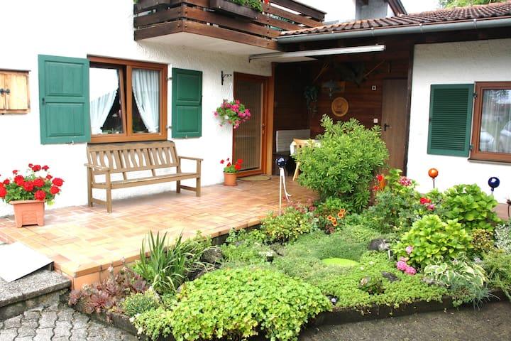 Gemütliche Ferienwohnung mit Bergblick - Flintsbach am Inn - Apartemen