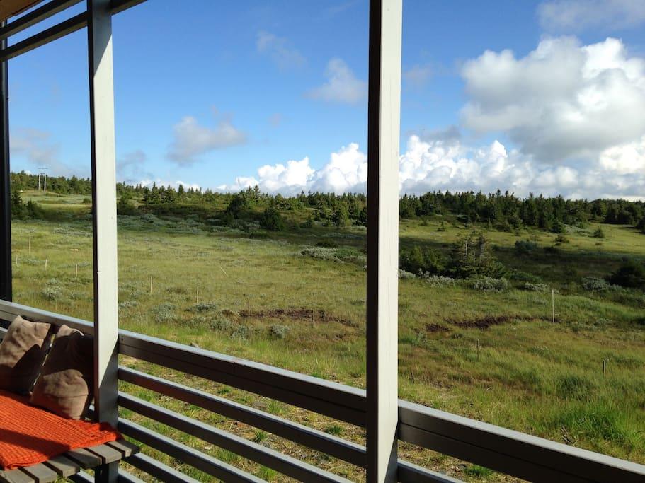 Utsikt fra verandaen innover i Øyerfjellet - View from the veranda outside the living-room