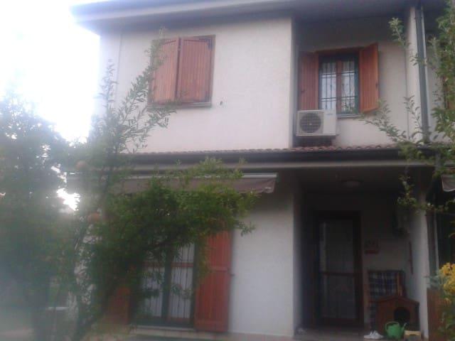 Affitto stanza privata in villetta a schiera - Mezzago - Rumah bandar