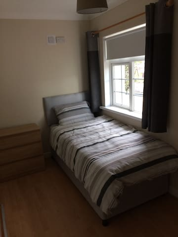 MICK'S PLACE (SINGLE BED)