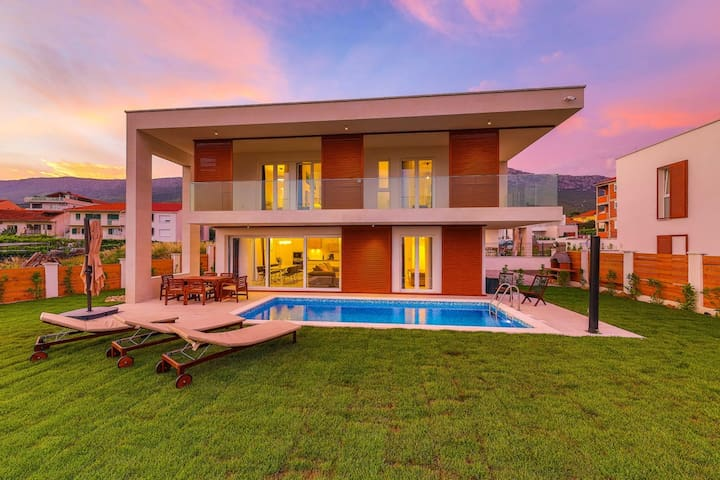 Villa Alba with heated pool ,100 m from the sea