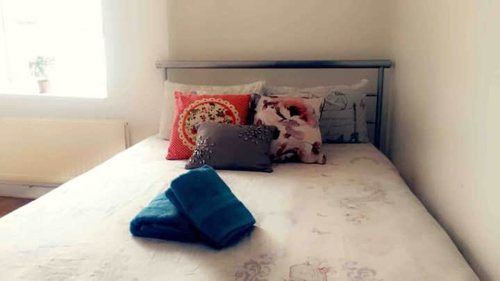 Cheap room in Cardiff (female guests only)