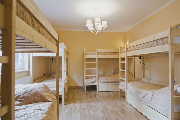 Спальное место в мужском номере Орел