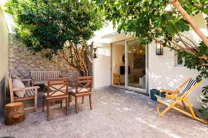 Large outside patio area, aircon, top location!