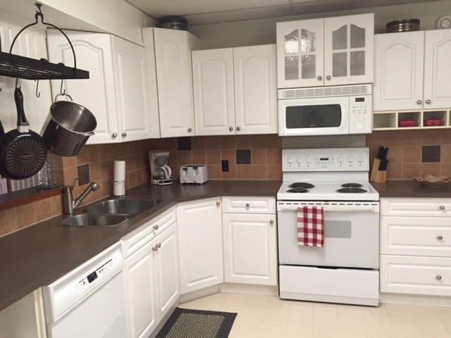 Sylvan Lake Cottage *Dual Suite - 5 Bedroom* $1750 - Sylvan Lake - Srub
