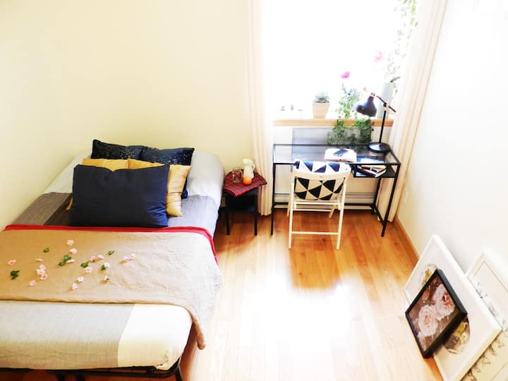 Snug Room w/ own bath, 3mins to 30th Ave Station