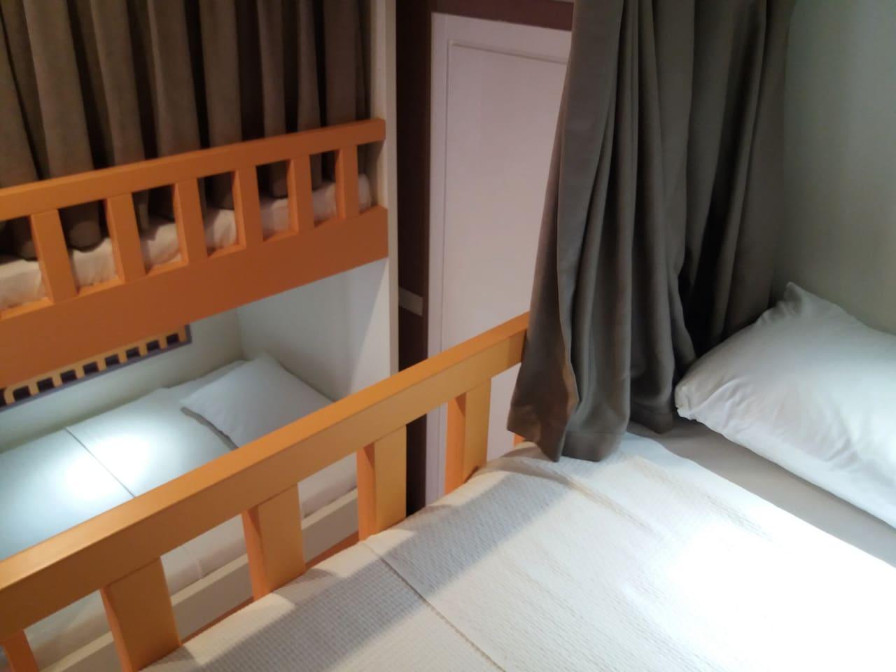 perdeler sayesinde kendi yatağınızda tek bir odada gibi hissedersiniz