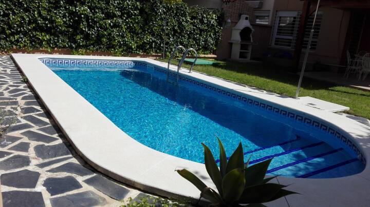 casa con piscina, barbacoa y wifi gratis