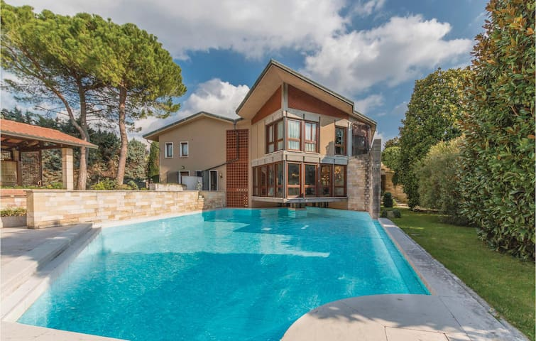 Holiday cottage with 5 bedrooms on 1000m² in Arbizzano VR