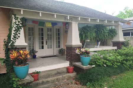 Colorful Artist Cottage in Old Town - Beaumont - Casa