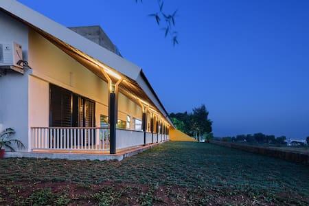 Vihang Farmhouse: Florican Room