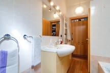 Il bagno. La doccia è nascosta dalla porta
