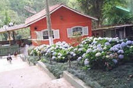 Casa de campo num cenário encantador - Embu - Бунгало