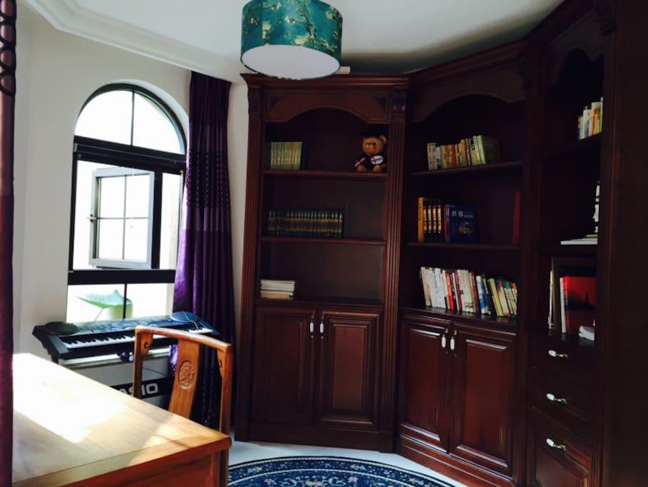 床旁边的小书房.看书、写字、窗户外面就是满眼的绿色。