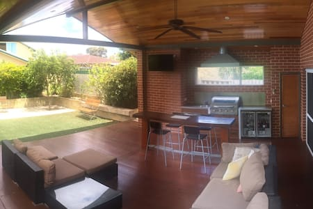 2 rooms in a great home right near the cafe strip - Victoria Park