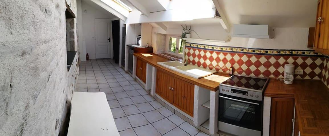 cuisine (d'environ 17m2) four, plaque de cuisson, refrigérateur, lave vaisselle, micro onde, cafetière....