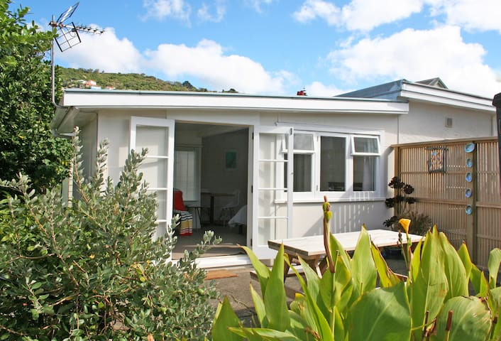 Sunny Beach Cottage in Lyall Bay - Self Contained