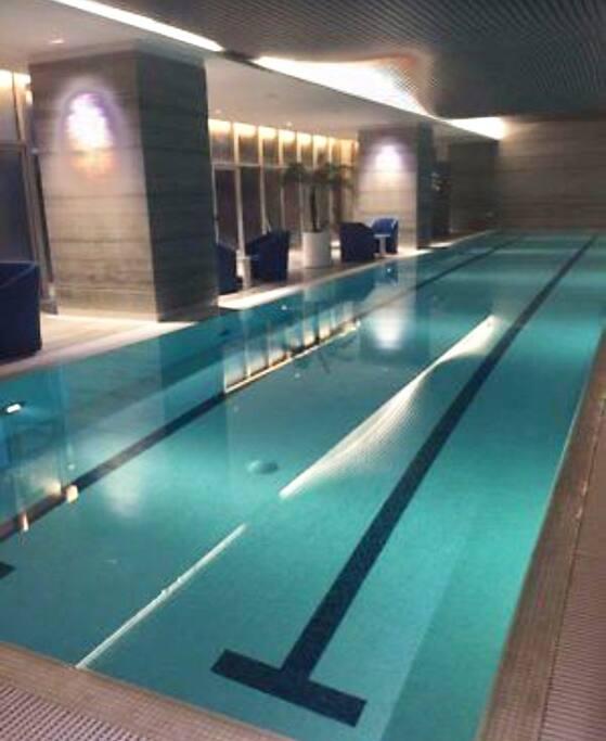 Alberca de nado, todas las albercas con agua templada a temperatura 30 grados centrales y con acceso a regaderas y vestidores con sauna y vapor